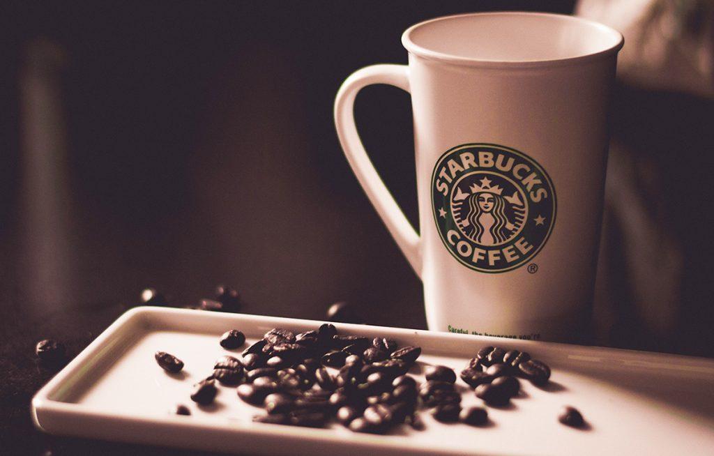 פולי קפה וספל של סטארבקס. צילום: Hans Vivek