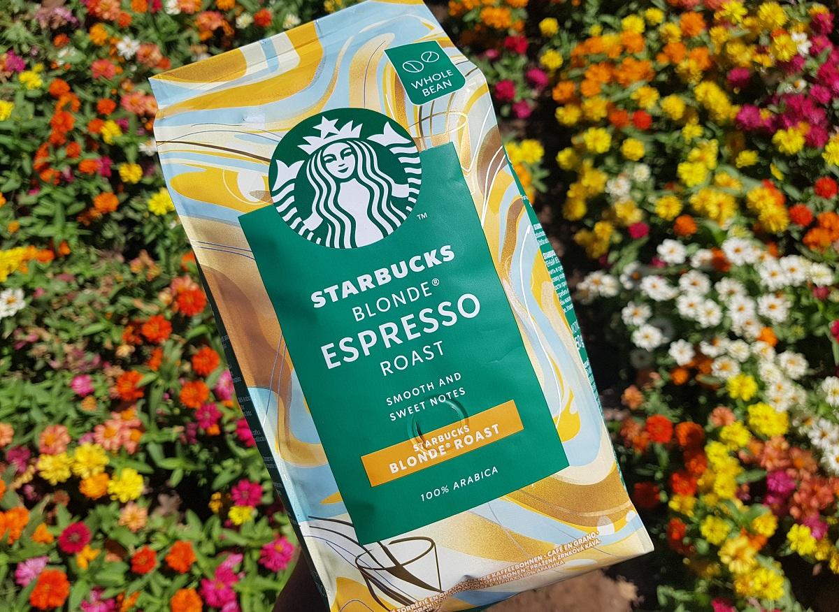 שקית פולי קפה Starbucks Blonde Roast. צילום: מגזין שותים