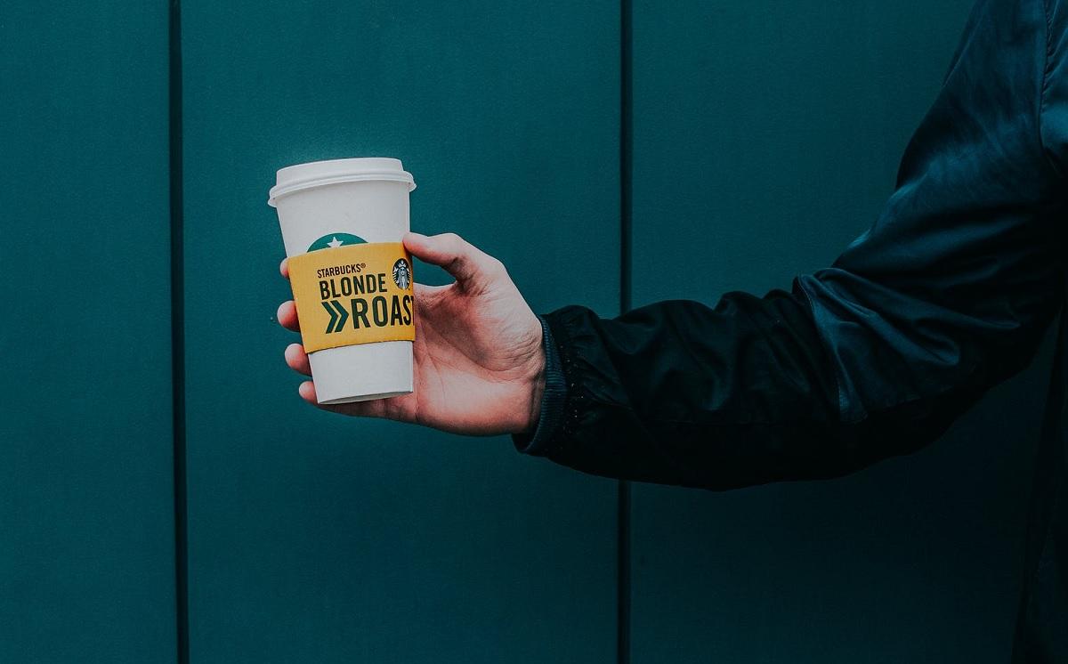 כוס קפה עם פולים בקליית Starbucks Blonde Roast. צילום: Lisa Fotios