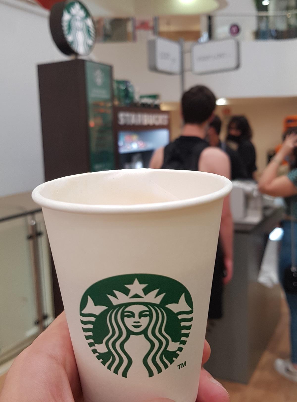 כוס קפה בדוכן פופ-אפ של סטארבקס בתל אביב. צילום: מגזין שותים