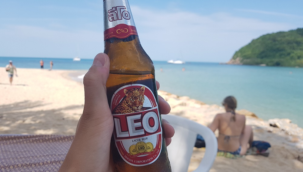 בקבוק בירה ליאו על החוף בקו פנגן