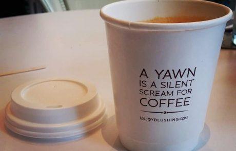 17 כוסות קפה עם כיתובים מגניבים