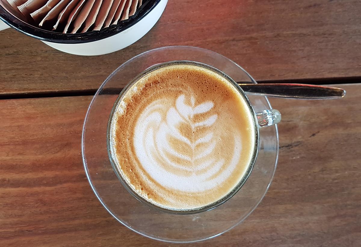 קפוצ'ינו טעים בבית הקפה מתחת לעץ