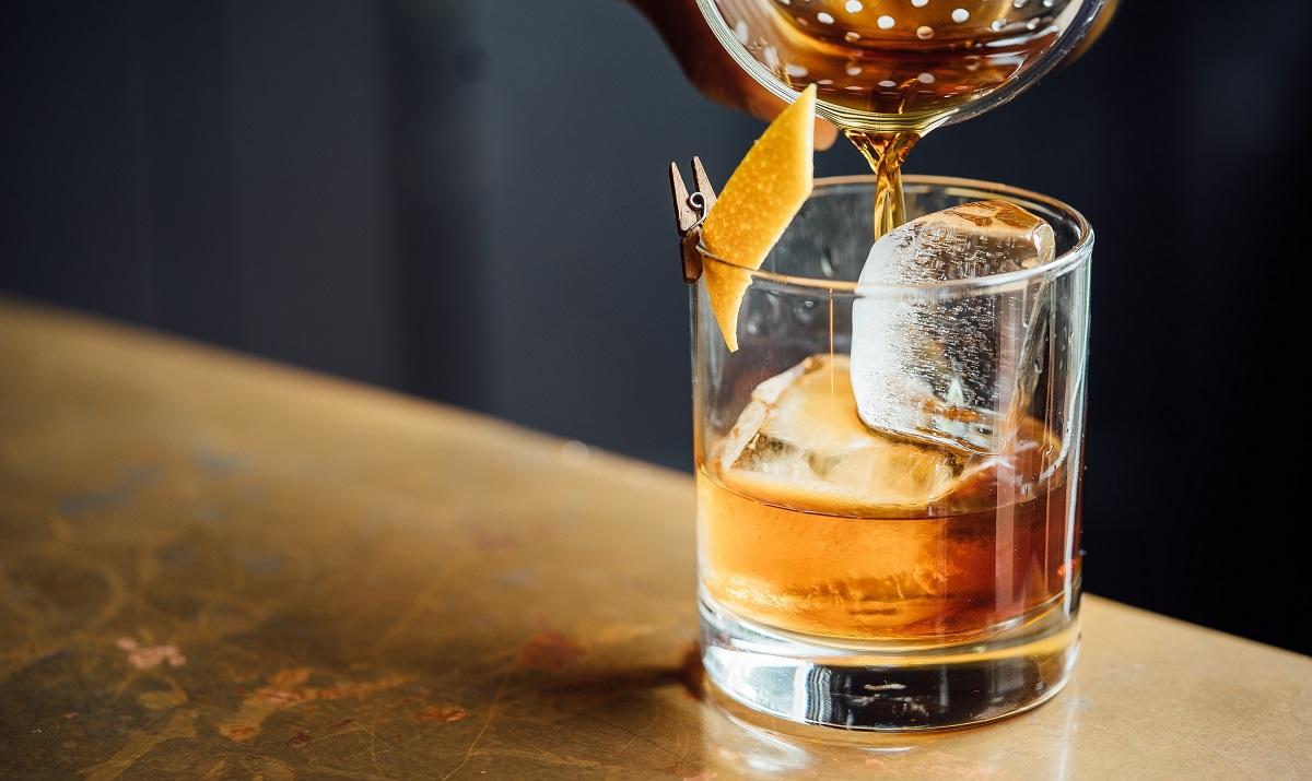 וויסקי על קרח בכוס לואובול