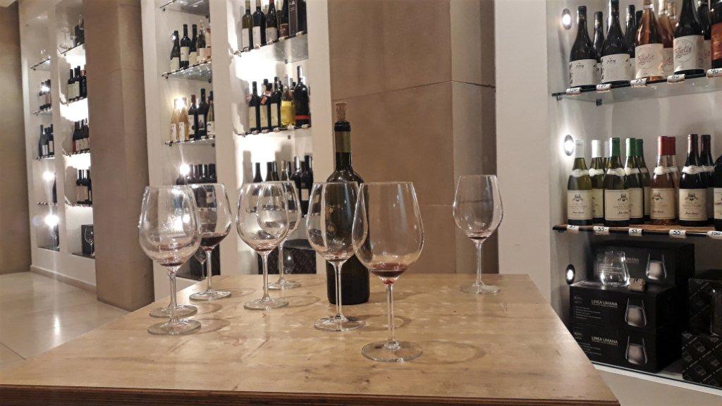 חנות אוצרות יין 100% IL בתל אביב. צילום: שחר זיו