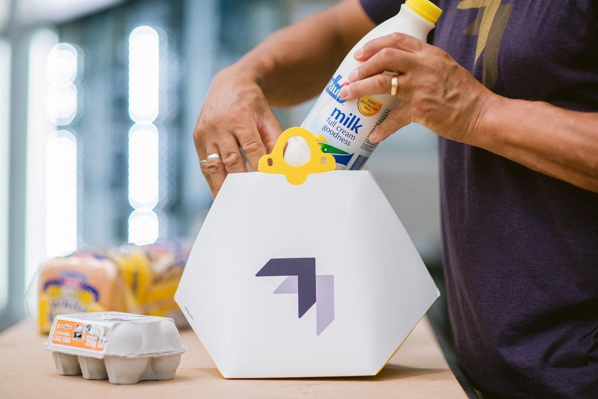 אורזים חלב וביצים למשלוח. צילום: Wing