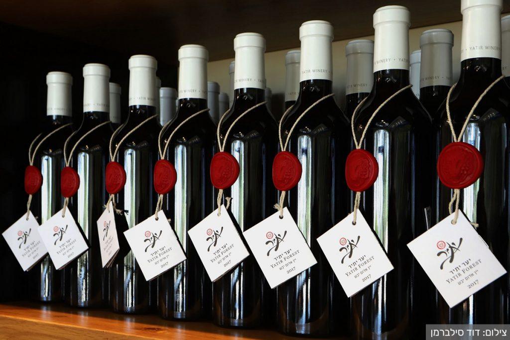 בקבוקים של יין אדום 'יער יתיר' של יקב יתיר. צילום: דוד סילברמן