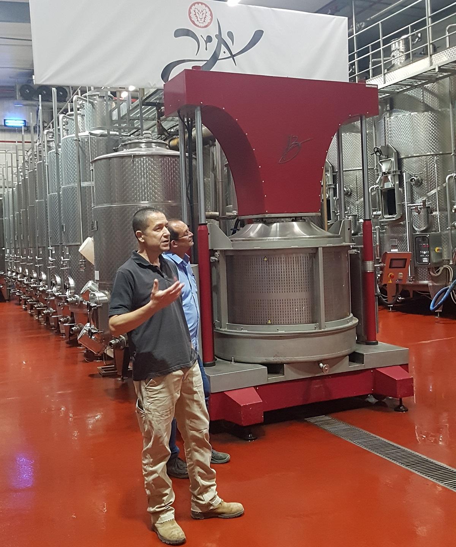 ערן גולדווסר, יינן יקב יתיר, מסביר על מיכלי ההתססה מנירוסטה. צילום: מגזין שותים